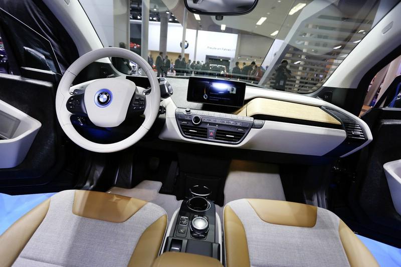 Das Armaturenbrett, Lenkrad, Mittelkonsole des BMW i3