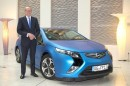 Opel-Chef Karl-Thomas Neumann neben dem Ampera