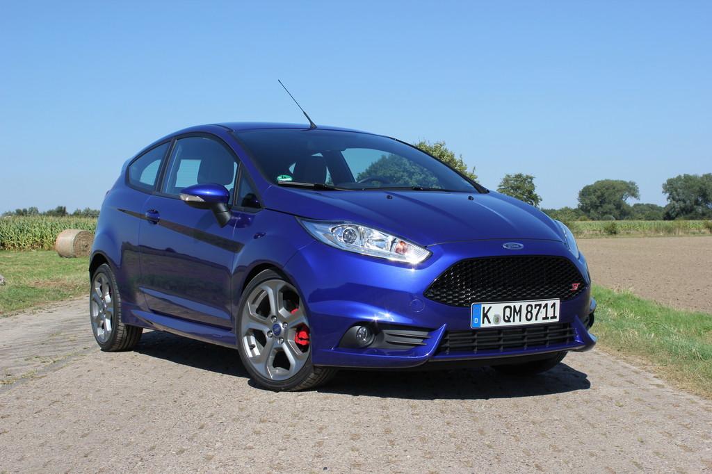 2013er Ford Fiesta ST in blau von Außen