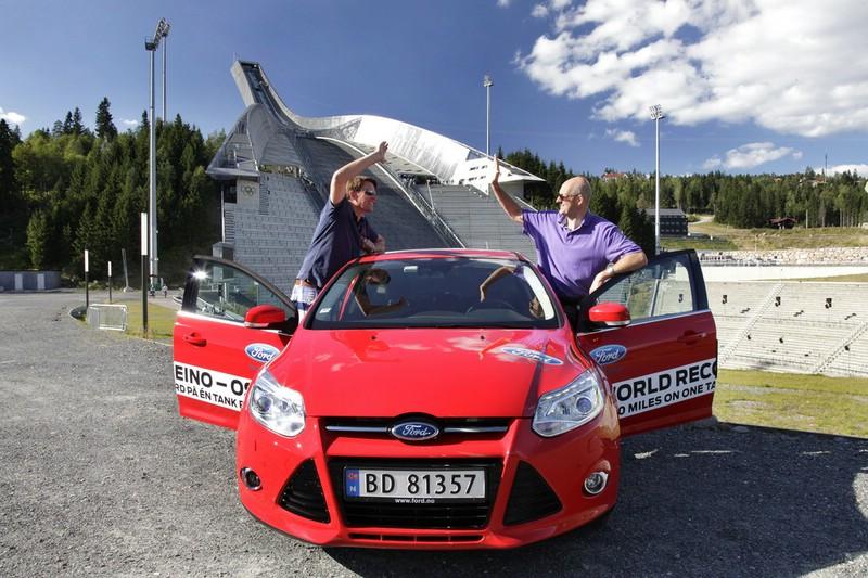 Roter Ford Focus mit 1,0-Liter-Ecoboost-Benzinmotor auf Rekordfahrt