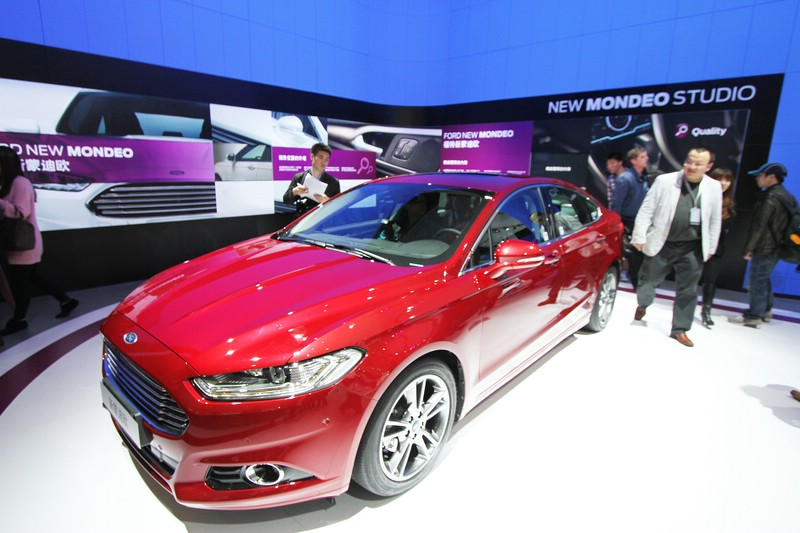 2014er Ford Mondeo in rot auf Messe.