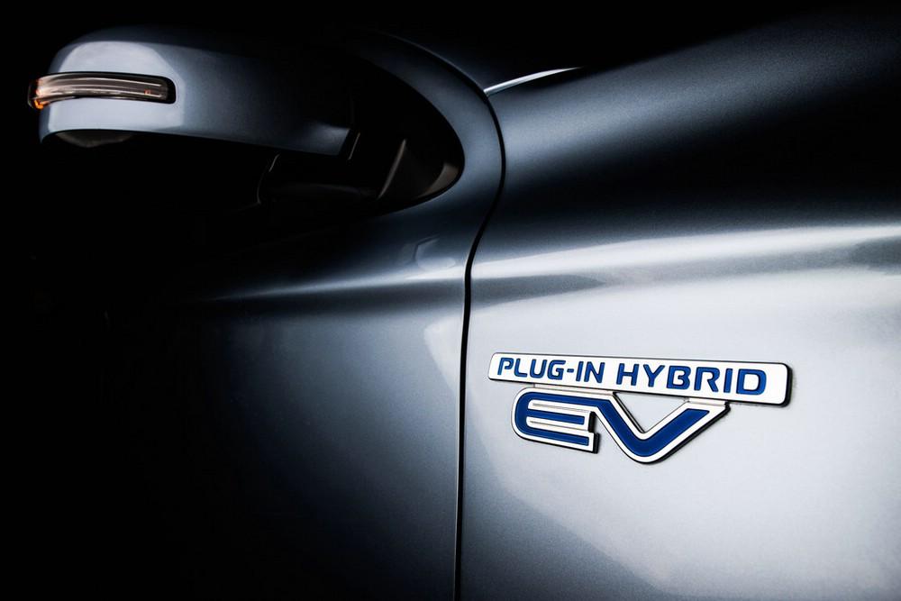 Das Logo des Mitsubishi Outlander PHEV am Karosserie