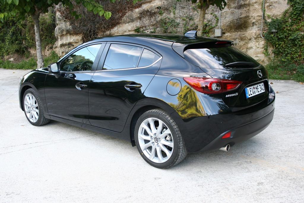 schwarzer Mazda3 der dritten Generation in der Heckansicht