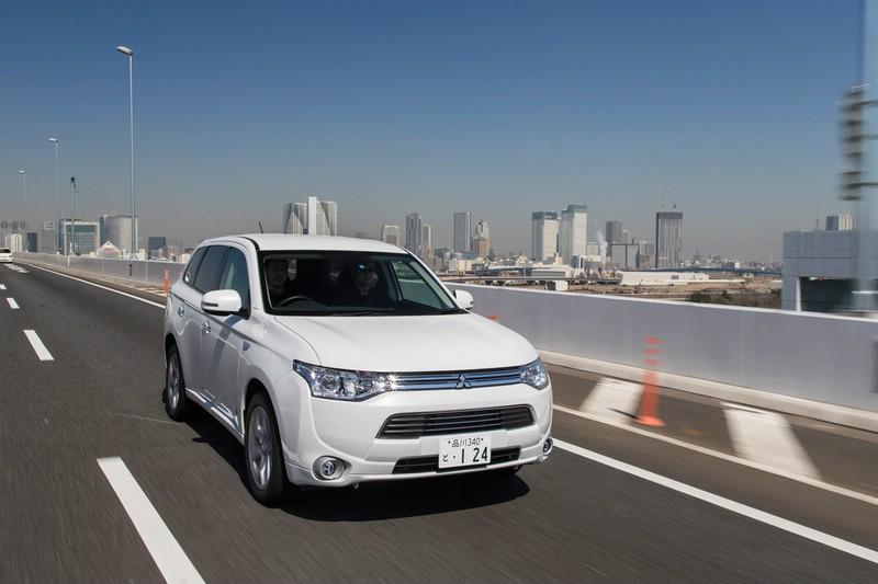Mitsubishi Outlander PHEV in weiß in der Frontansicht