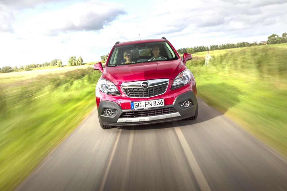 Roter Opel Mokka 1.4 Turbo 4x4 in der Frontansicht