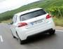 Weißer Peugeot 308 1.6 l e-HDi in der Heckansicht