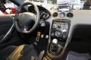 Der Innenraum des Peugeot RCZ R mit Navi in der Mittelkonsole