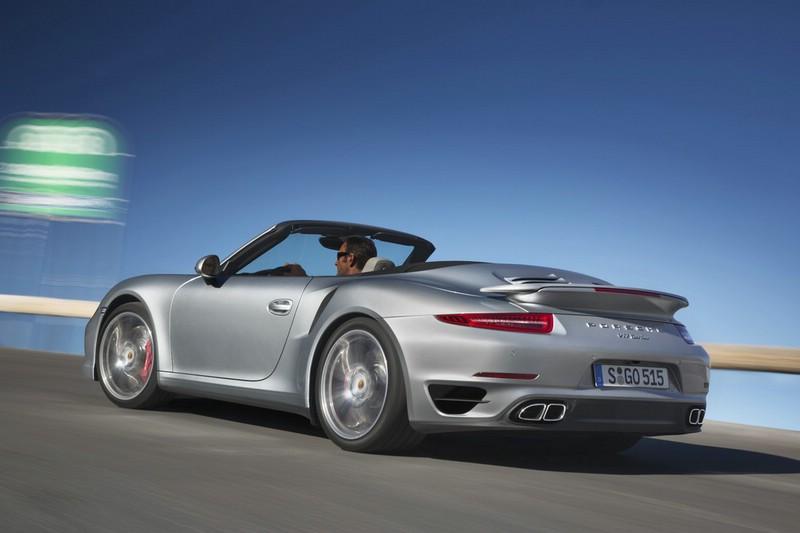 Porsche 911 Turbo Cabrio mit geöffnetem Dach