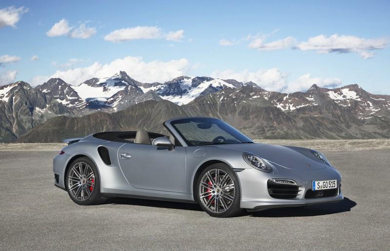 silberner Porsche 911 Turbo Cabriolet in der Seitenansicht