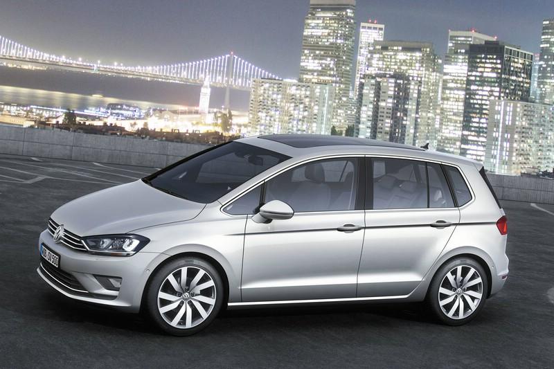 Silberner Volkswagen Golf Sportsvan in der Seitenansicht
