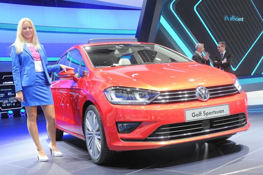 Hostess und der VW Golf Sportsvan auf der Internationalen Automobil-Ausstellung 2013