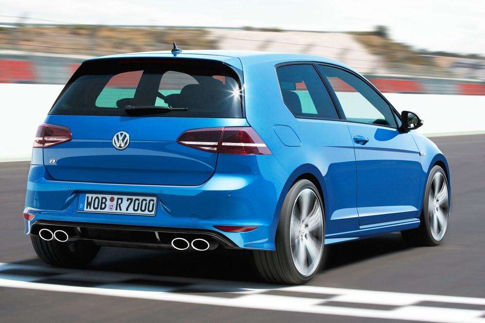 Blauer Volkswagen Golf R 2013 in der Heckansicht