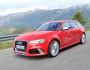 Audi RS6 Avant in rot in der Front und Seitenansicht
