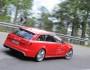 Roter Audi RS6 Avant bei den Tests in der Heckansicht