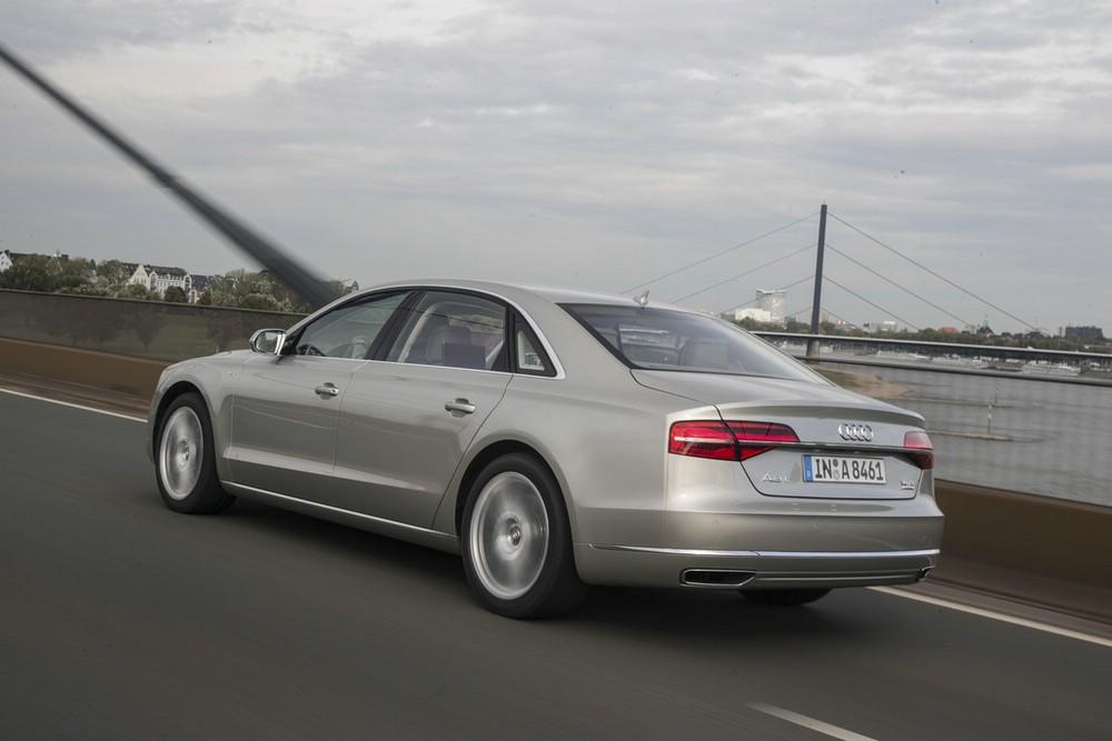 Die Heckleuchten des 2014er Audi A8 W12