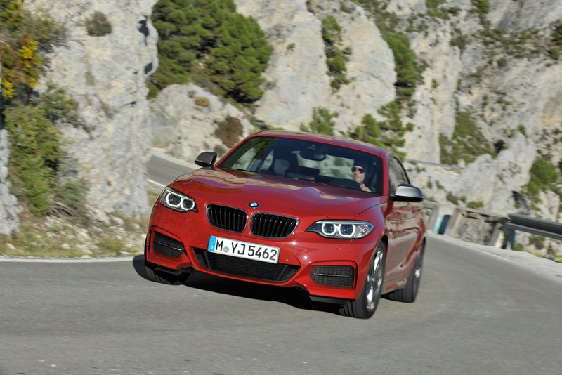 Rotes BMW 2er Coupé 2013 in der Frontansicht