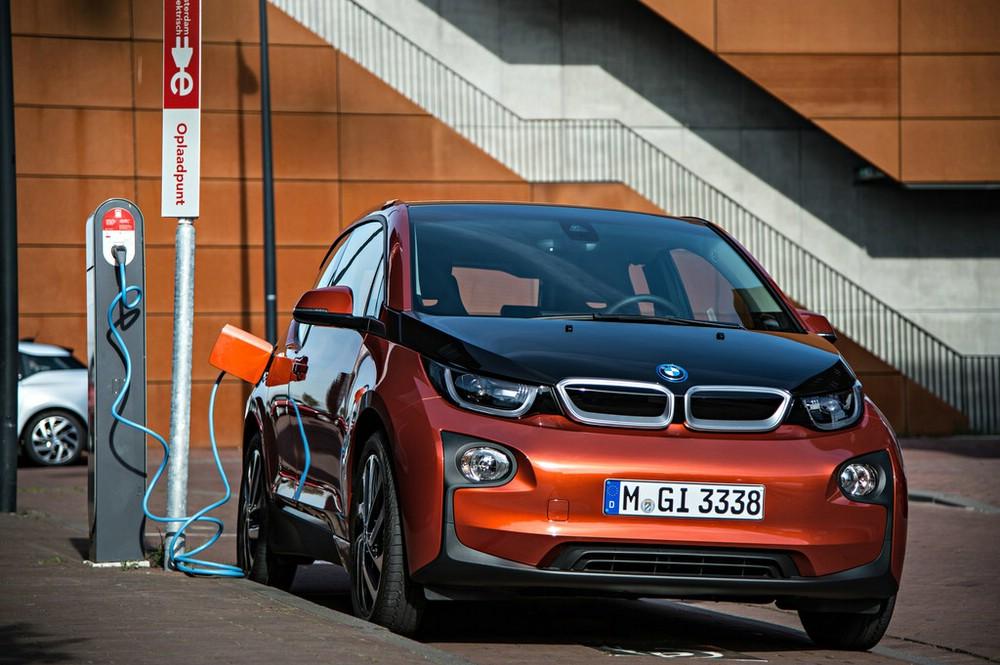 Elektroauto BMW i3 an der Steckdose