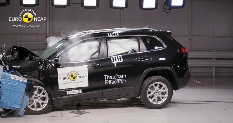 Der große SUV Jeep Cherokee wird gecrasht