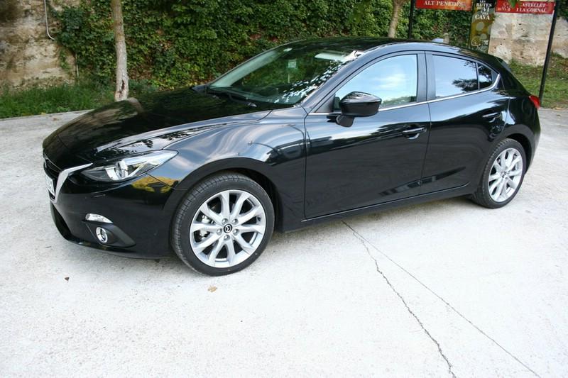 Schwarzer Mazda3: Auto der Kompaktklasse