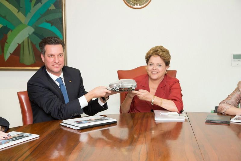 Thomas Schmall von Volkswagen mit der brasilianischen Präsidentin Dilma Rouseff