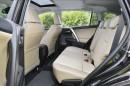 Die Sitze des Toyota RAV4 mit anthrazitfarbenem Leder