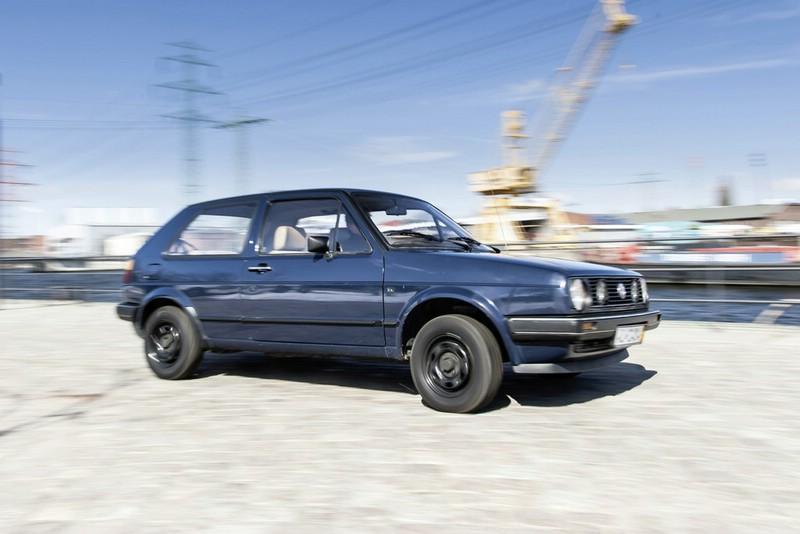 Der VW Golf 2 in blau in der Seitenansicht
