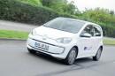 Fahraufnahme Elektroauto Volkswagen e-Up in weiß