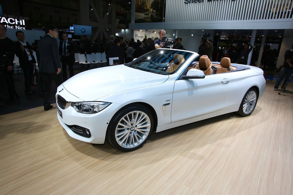 BMW 4er Cabriolet in weiß auf der Messe in Los Angeles