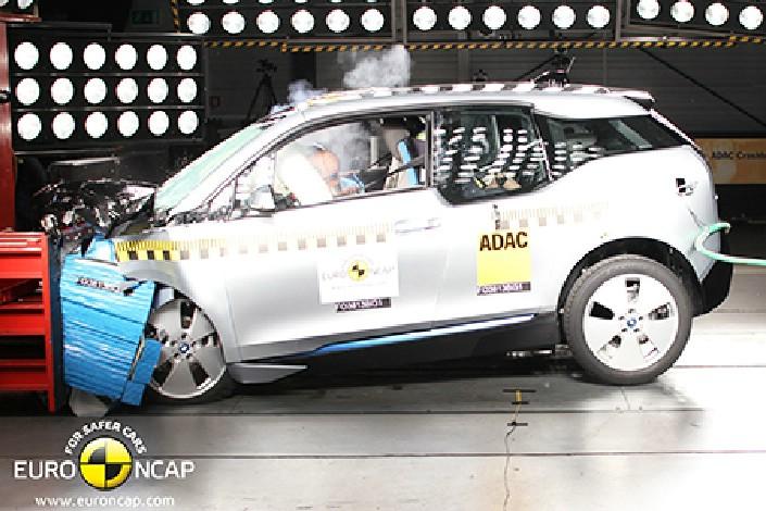 Das Elektroauto BMW i3 wird frontal gecrasht
