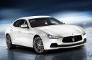 Oberklasseauto Maserati Ghibli in weiß in der Frontansicht