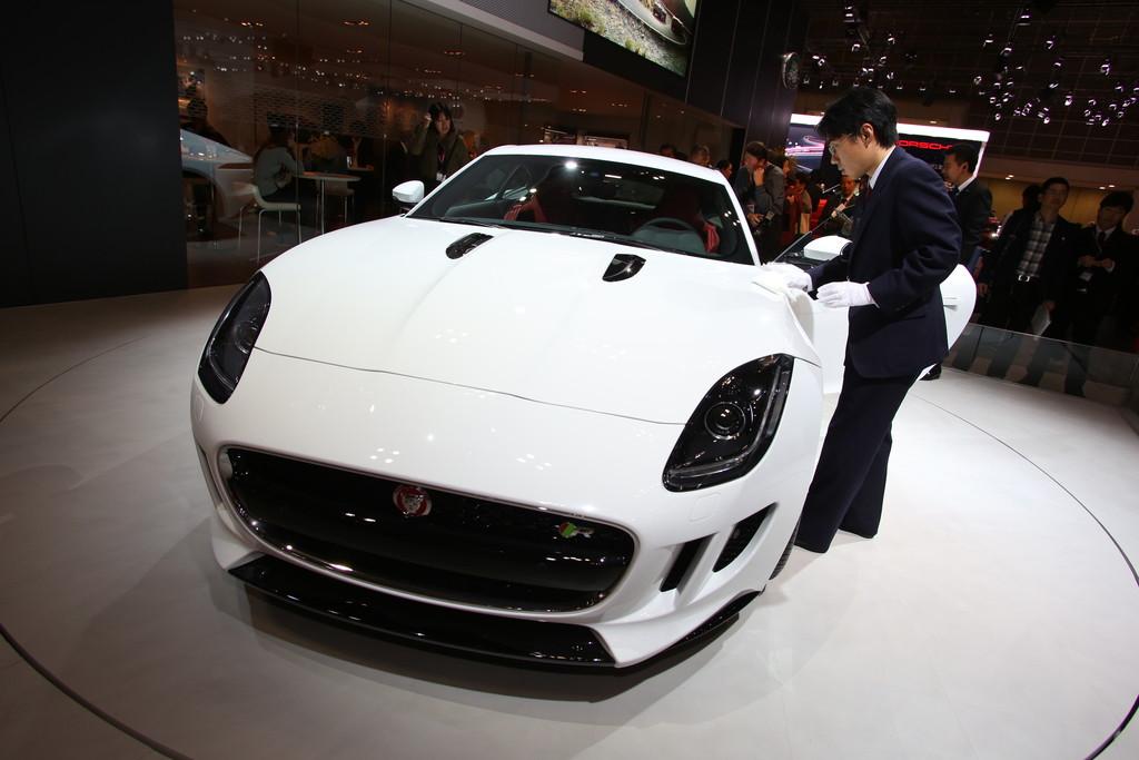 Das neue Jaguar F-Type Coupé in weiß in der Frontansicht
