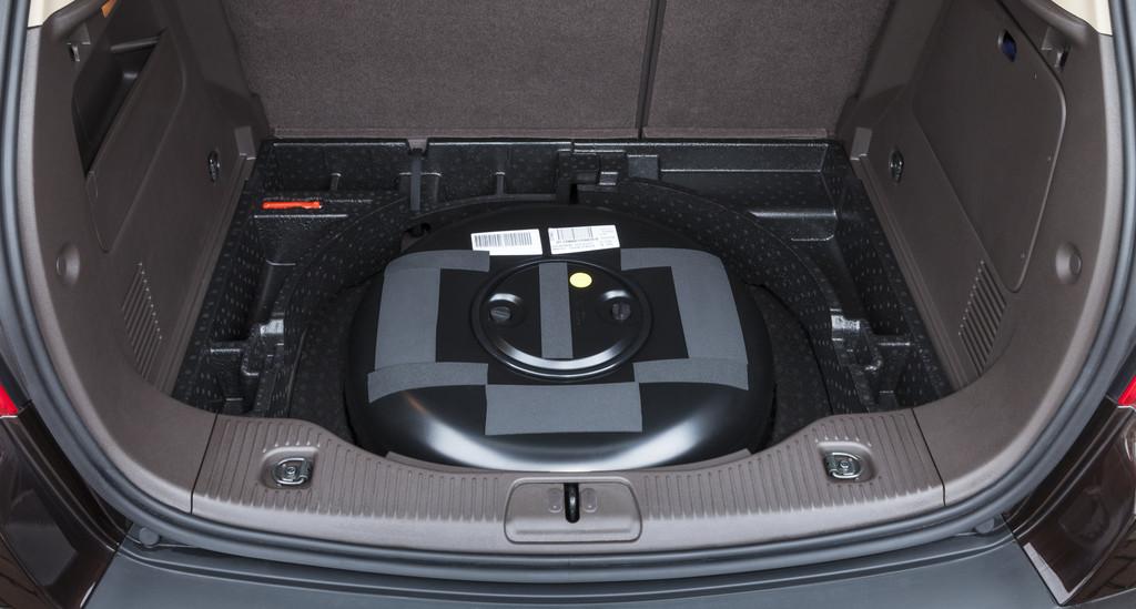 Der LPG-Tank im Kofferraum des Opel Mokka
