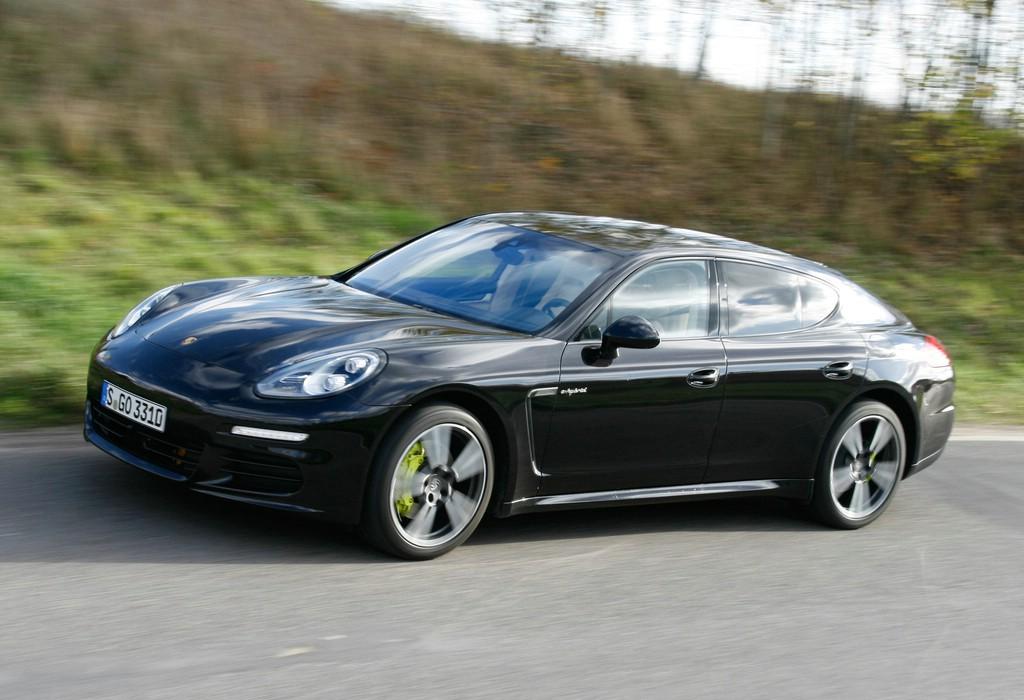 Porsche Panamera S E-Hybrid in schwarz in der Seitenansicht