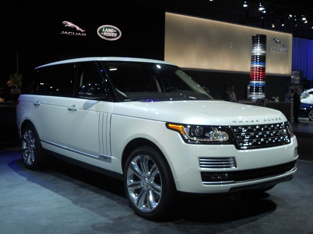 Range Rover LWB Autobiography in weiß in der Front- Seitenansicht
