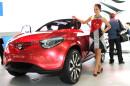 Messegirl präsentiert roten Suzuki Concept Crosshiker in Tokyo
