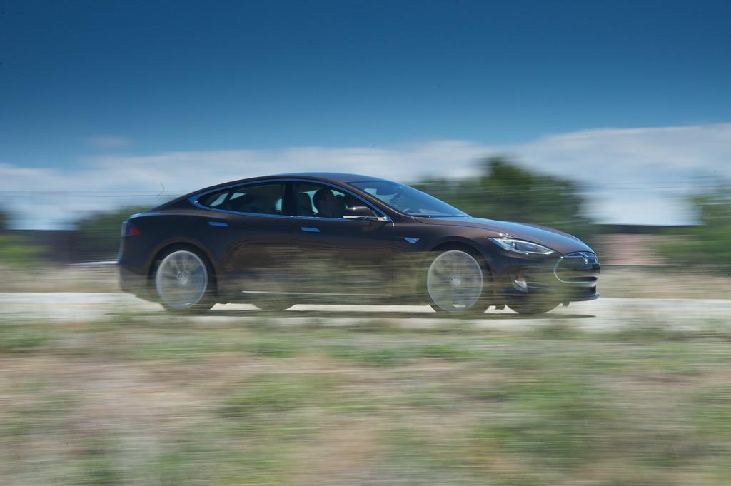 Das Mittelklassefahrzeug Tesla Model S in der Seitenansicht