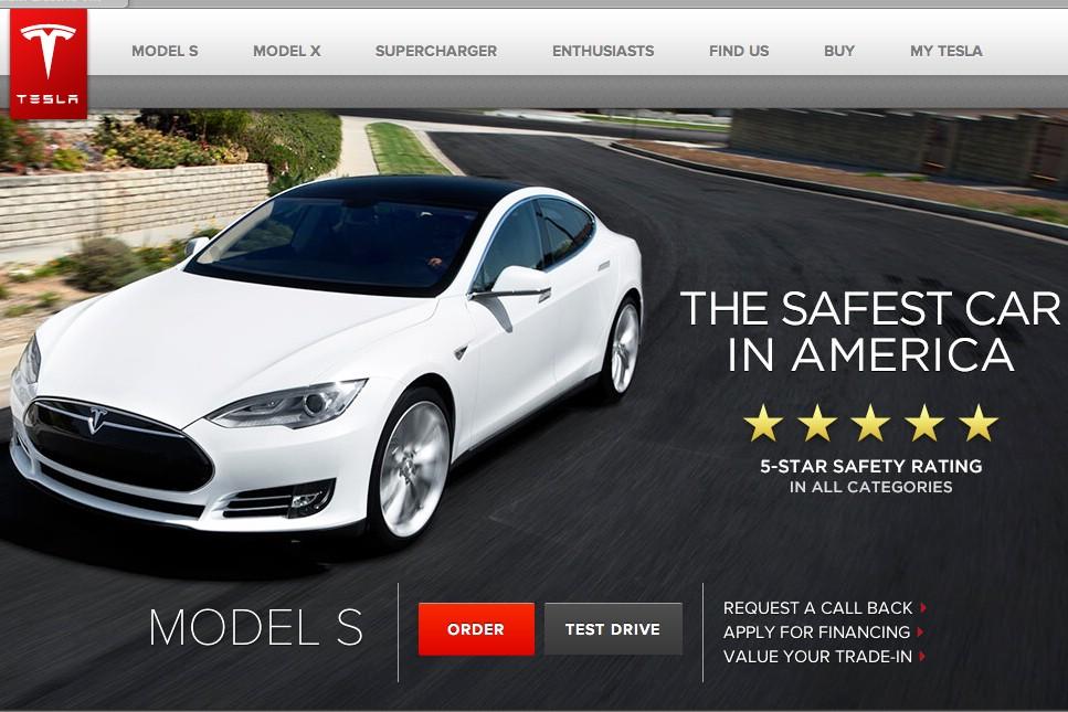 Tesla Model S in weiß auf der Tesl Website
