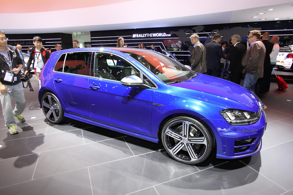 Blauer Volkswagen Golf R bei der Vorstellung auf einer Messe