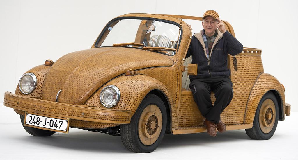 Der Volkswagen Käfer aus Holz wird auf der Essen Motor Show zu sehen sein