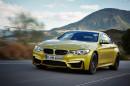 Goldenes BMW M4 Coupé in der Frontansicht, Fahraufnahme