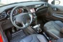 Der Innenraum des Citroen DS3 Pure Tech VTi 82 mit schwarzen Ledersitzen