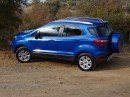 Blauer Ford Ecosport in der Seitenansicht
