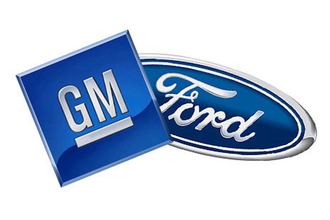 Die Logos der Autohersteller GM und Ford