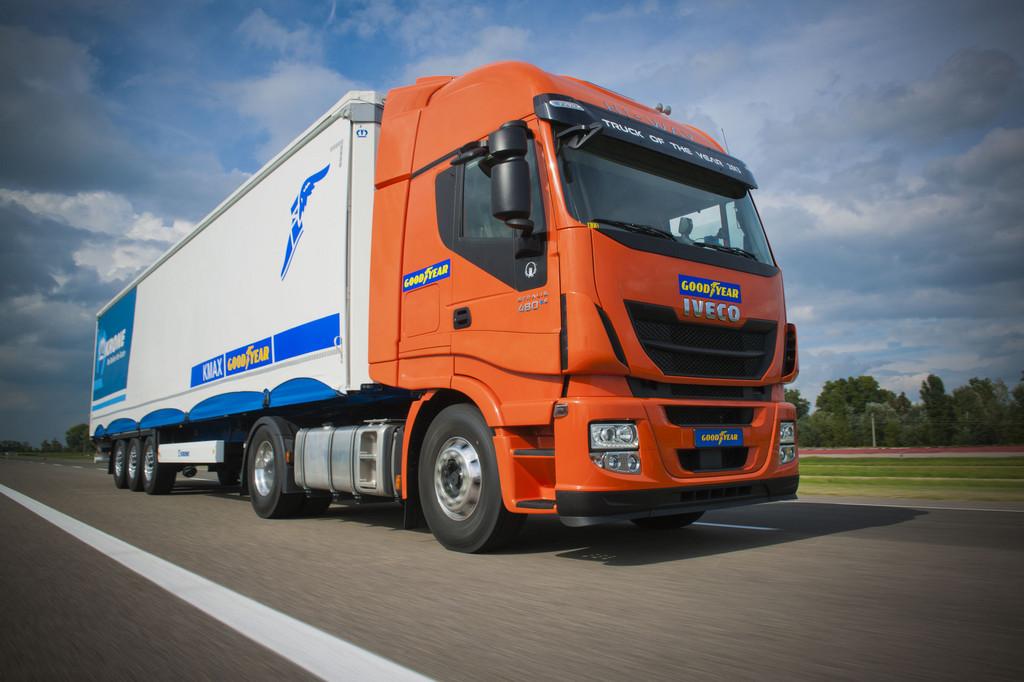 Ein fahrender LKW mit Goodyear aufklebern