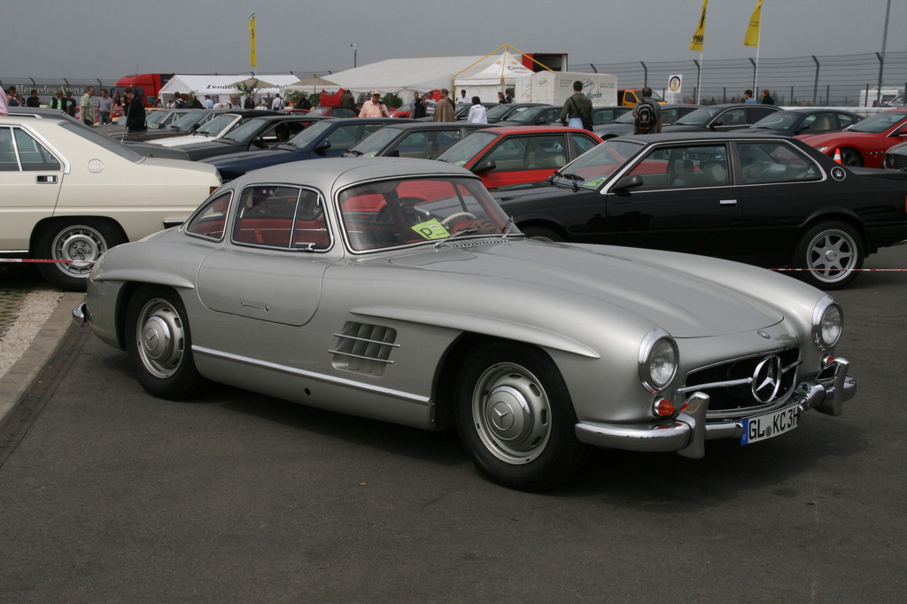 Silberner Oldtimer Mercedes-Benz 300 SL