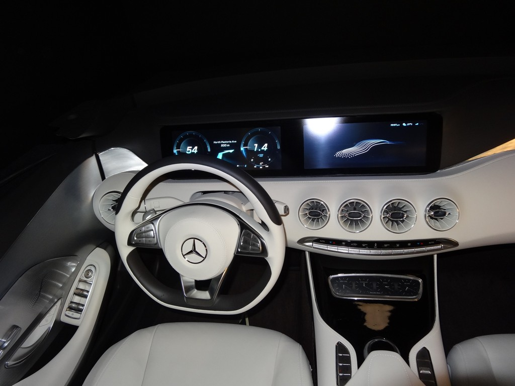 Das Cockpit eines mit Technik vollgepackten Mercedes