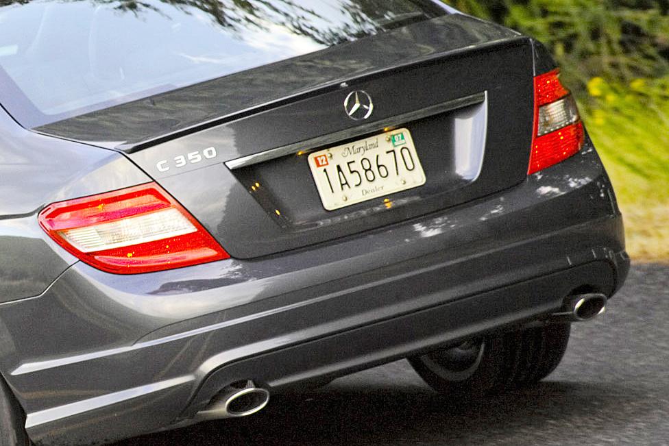 Das Heck einer schwarzen Mercedes Benz C-Klasse