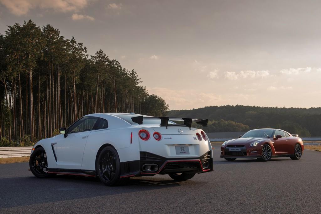 Die Supersportwagen Nissan GT-R und GT-R Nismo nebeneinander