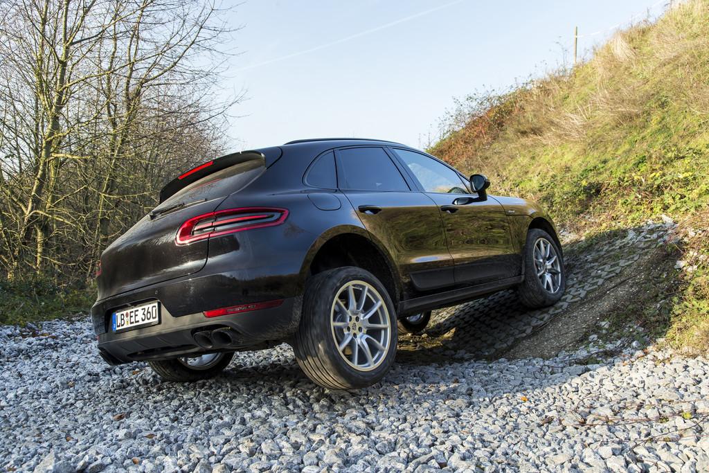 schwarzer Porsche Macan S Diesel im Gelände