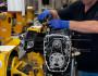 Mitarbeiter baut einen Motor für die BMW R Nine T